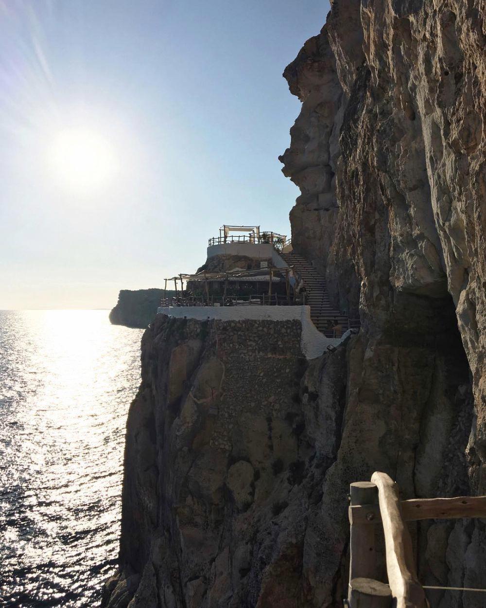 La mejor puesta de sol de Menorca se contempla desde la Cova D'en...