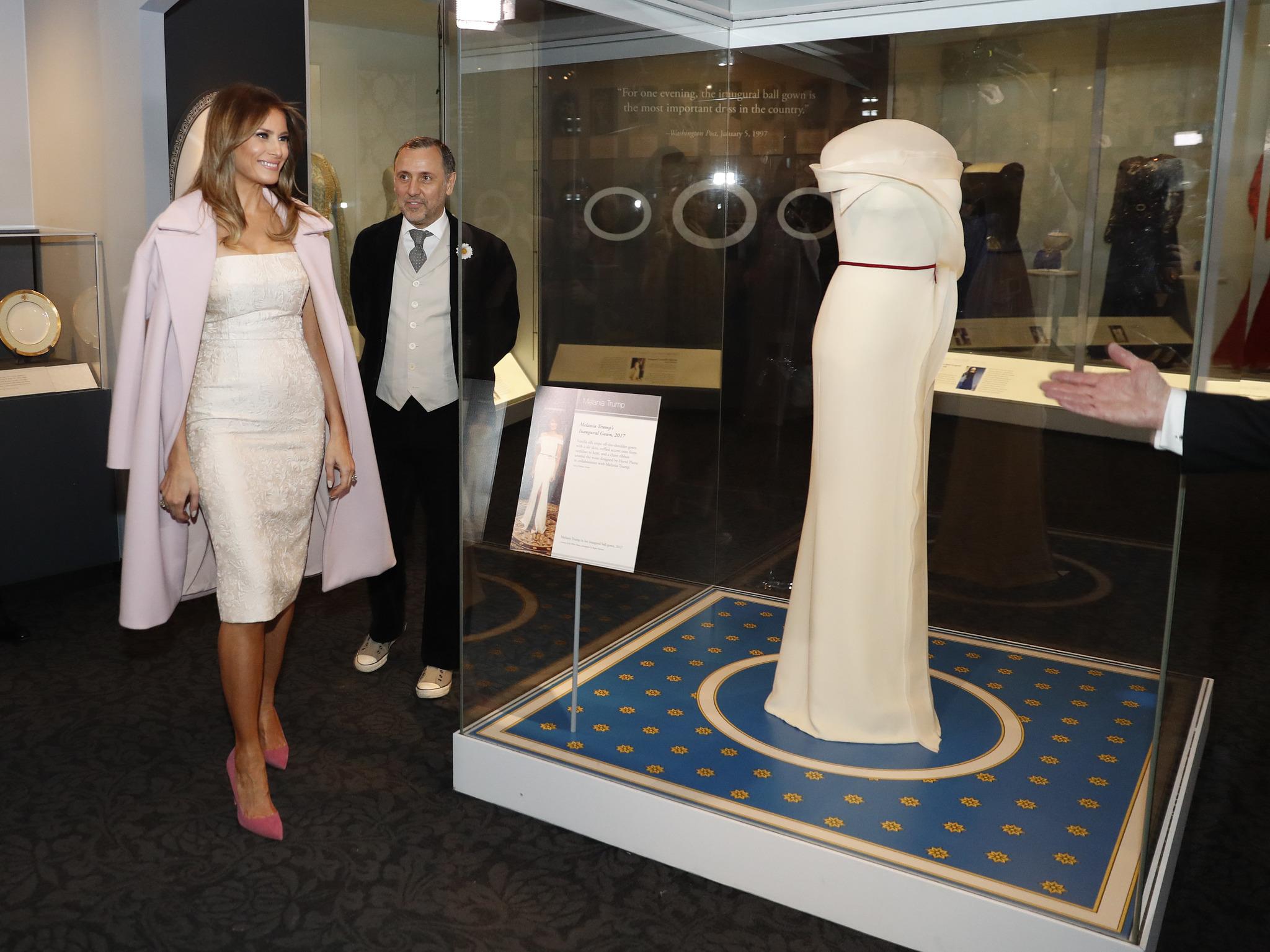 El diseñador junto a Melania Trump contemplando el vestido que lució...