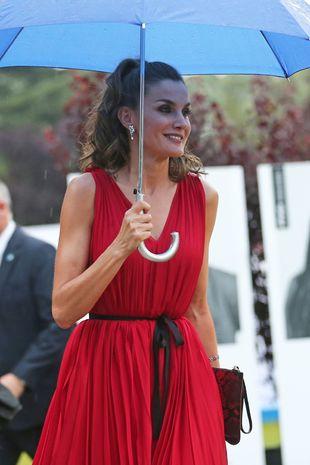 La Reina Letizia luciendo una coleta alta con ondas, un peinado ideal...