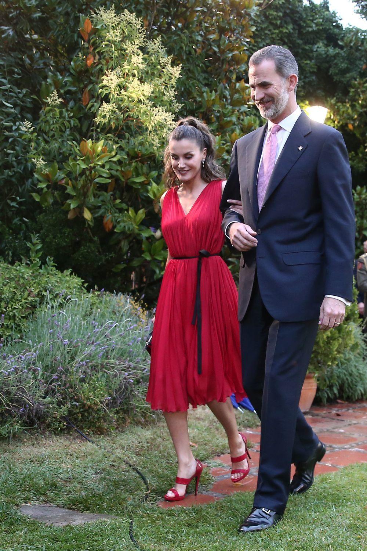 La Reina Letizia junto al Rey Felipe VI con el vestido de Carolina...