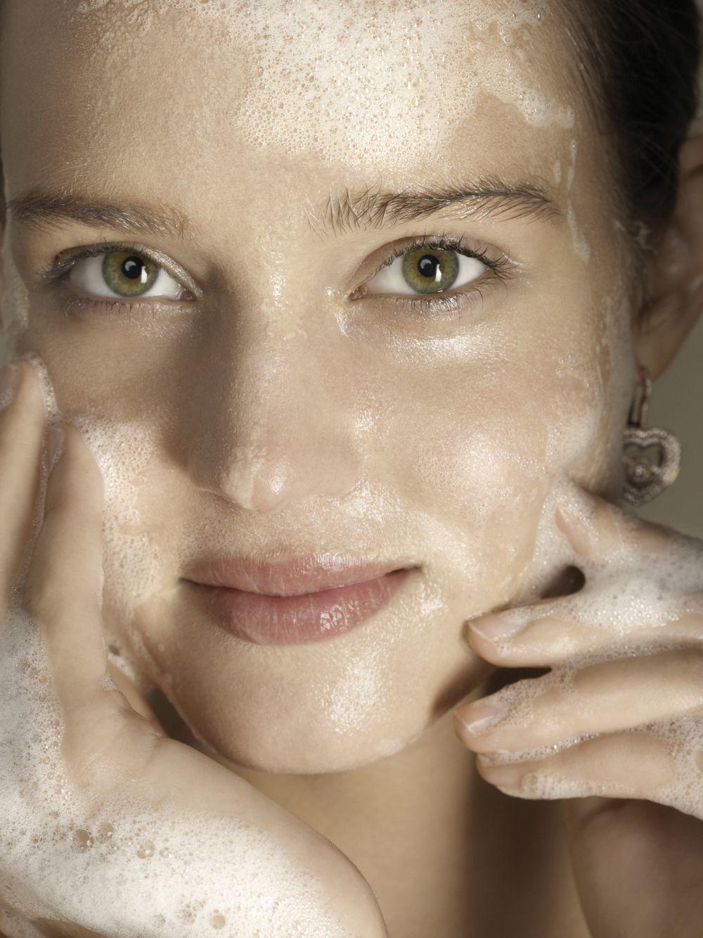 La doble limpieza es fundamental día y noche para una piel limpia en...