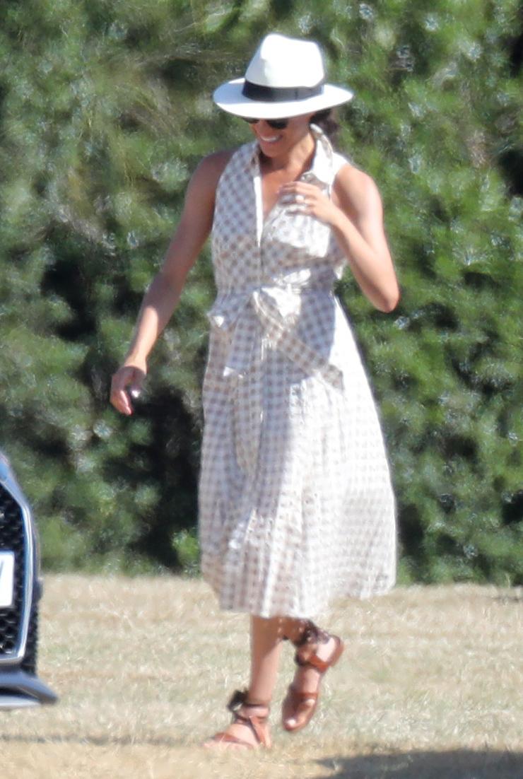Meghan Markle con vestido de cuadros.
