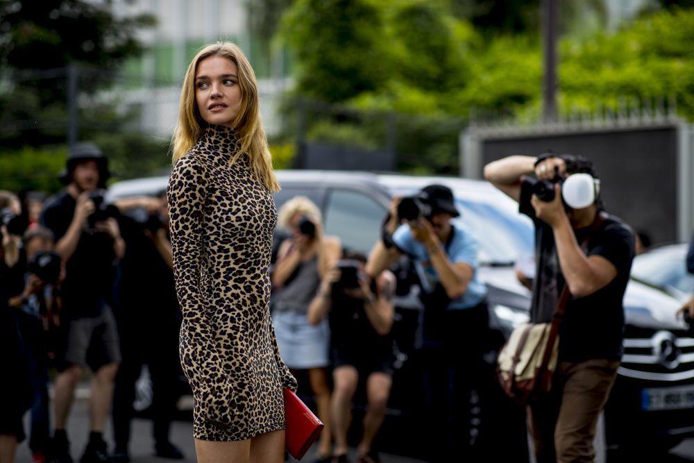 La modelo es enfundó un diseño de leopardo firmado por Vetements y...