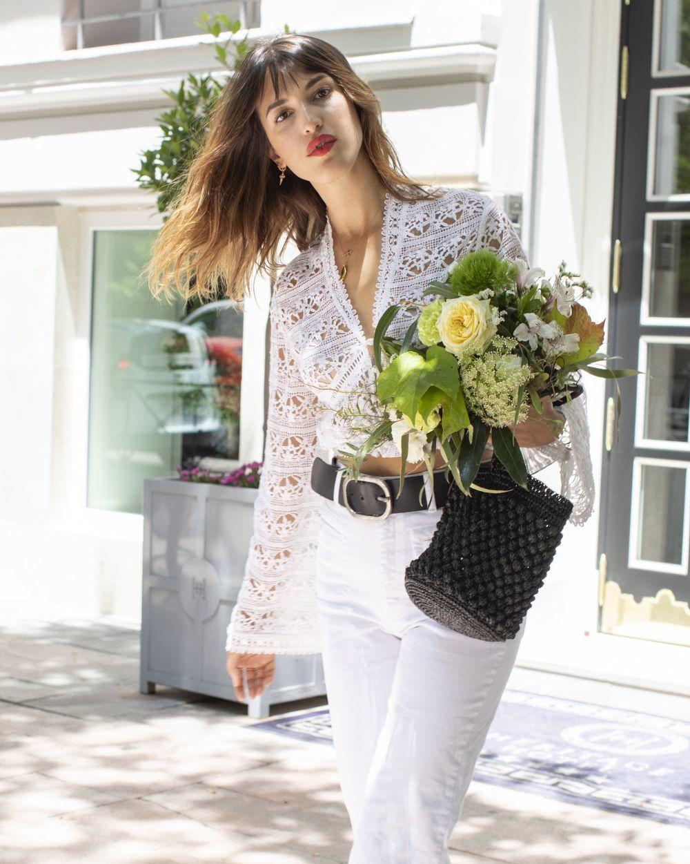 Con jeans blancos y top de estilo vintage.