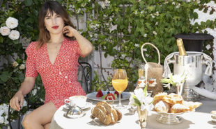 Jeanne Damas desayunando en la Terraza del Hotel Heritage.
