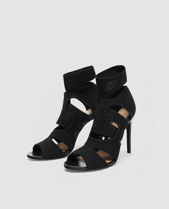 Sandalia con tiras entrelazadas, de Zara (55,95 euros).