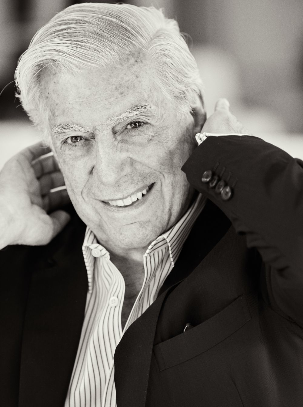 """""""¿Así estoy bien?"""". Vargas Llosa simula divertido y coqueto que se..."""