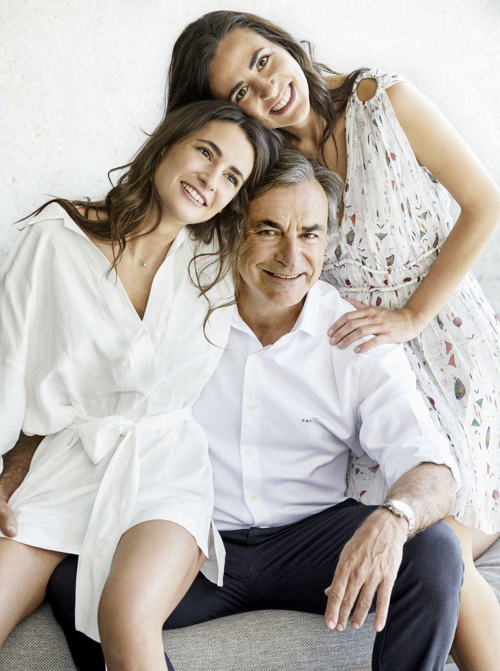 El piloto con sus hijas Ana (20años, a la izquierda) y Blanca (25),...