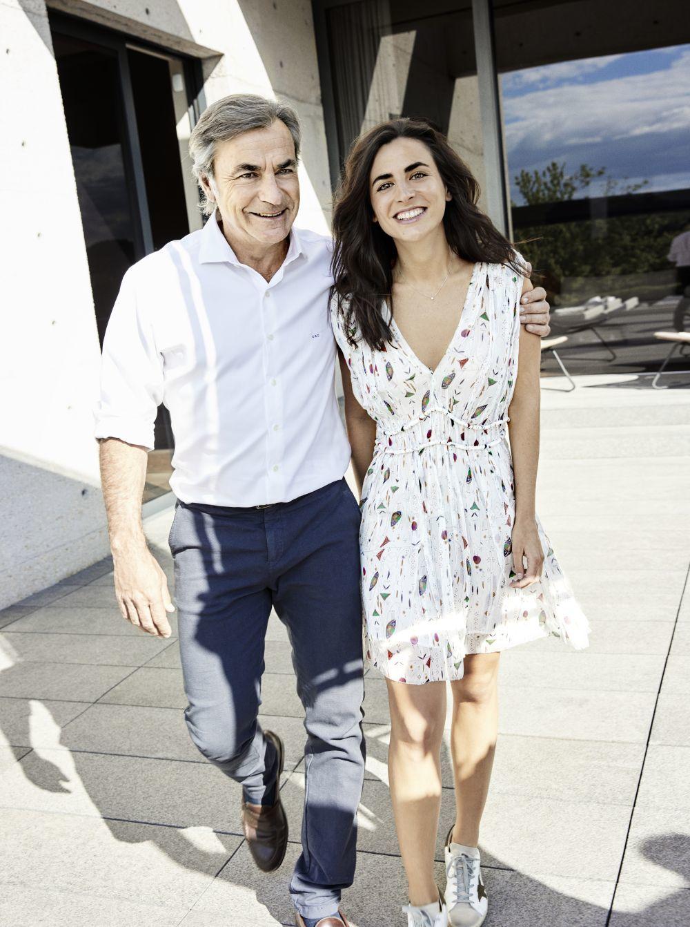 Carlos con su hija Blanca, vestido estampado, Isabel Marant Etoile en...