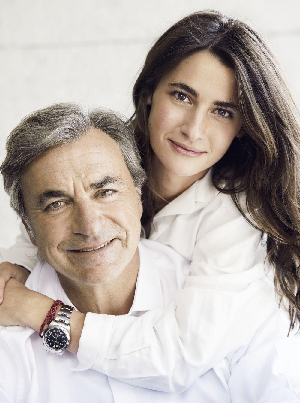Carlos con su hija Ana, con vestido blanco, Zara.