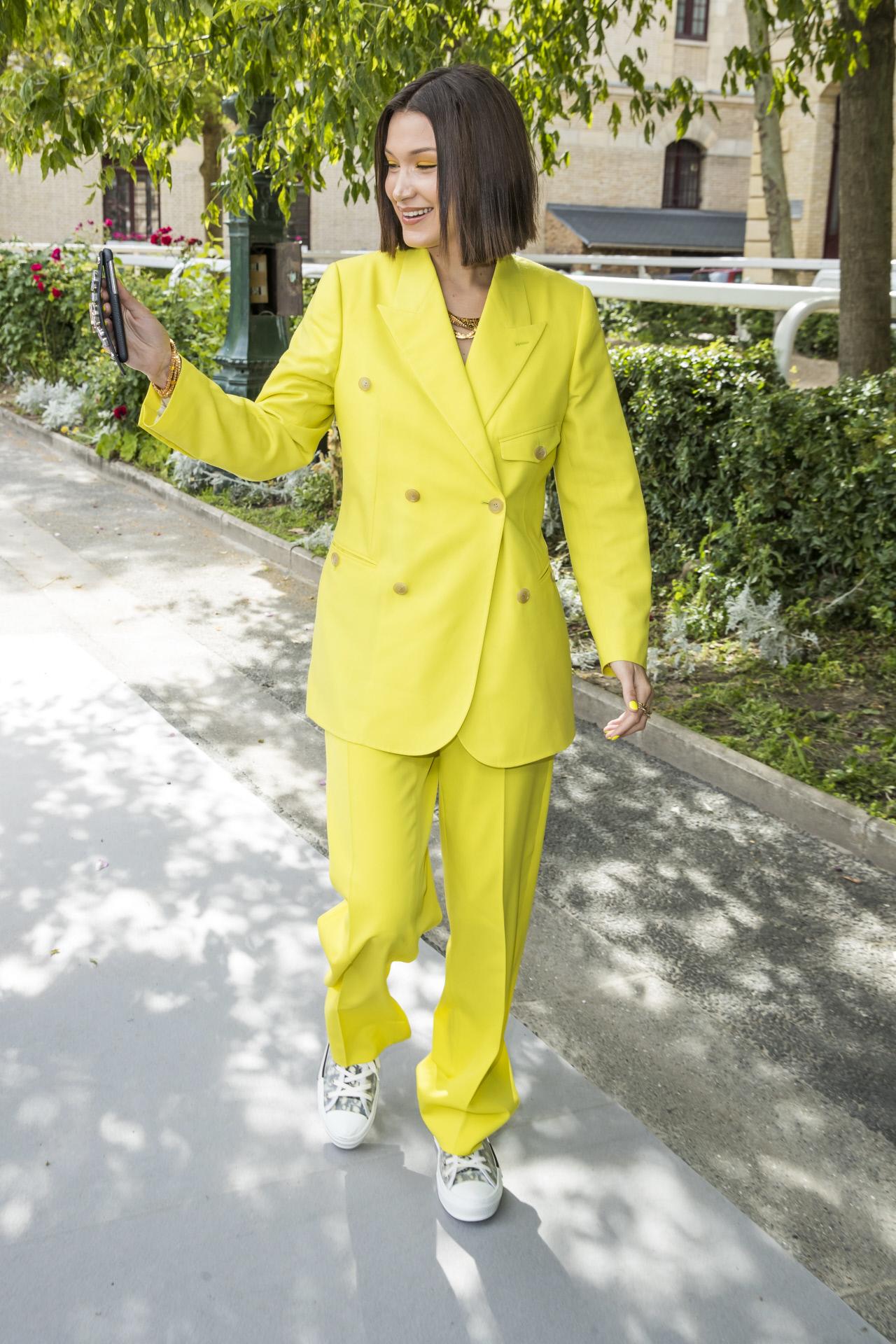 Bella Hadid con un total look en amarillo flúor firmado por Dior.
