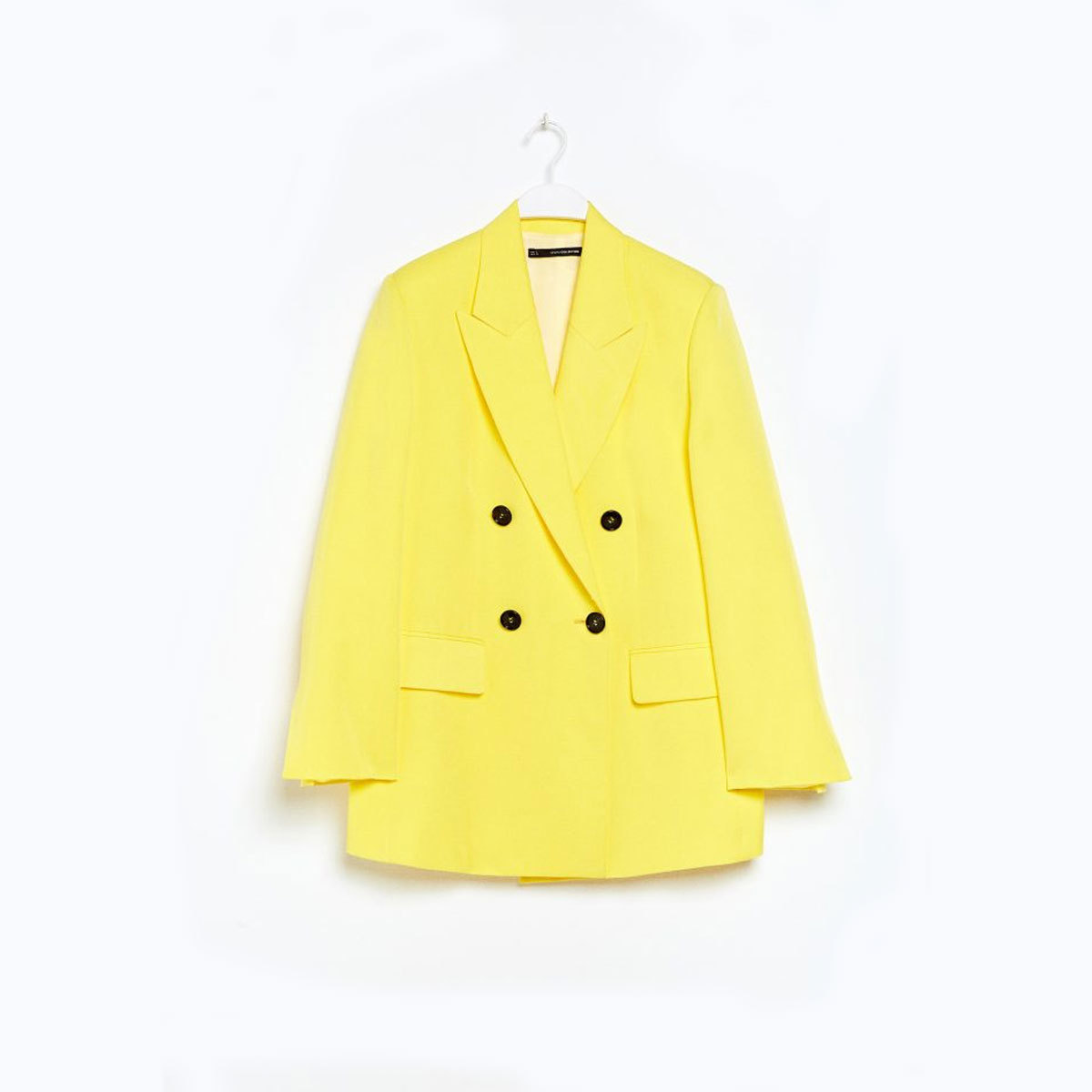 Chaqueta  amarilla con abotonadura, de Sfera (39,99 euros).