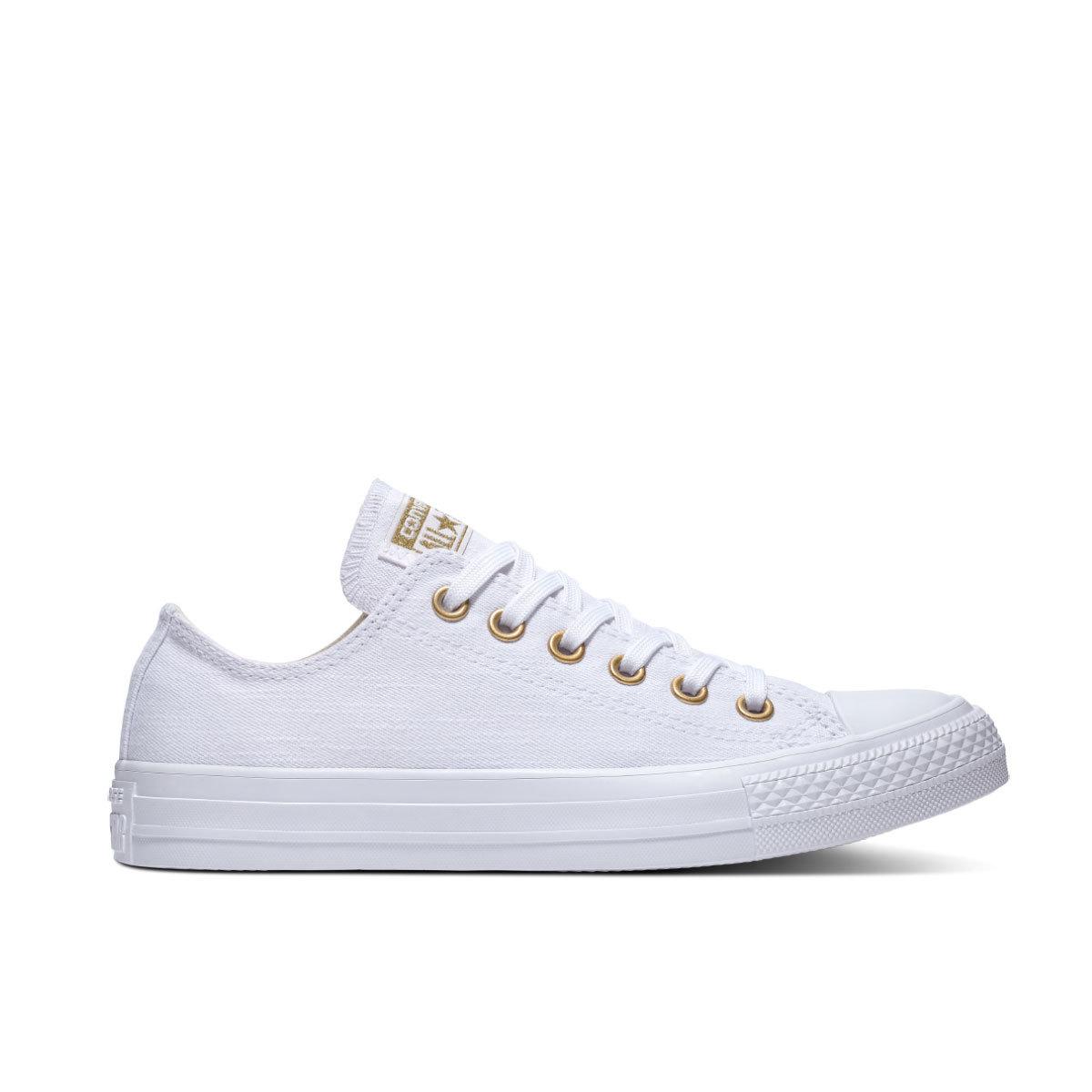 Zapatillas blancas, de Converse (70 euros).