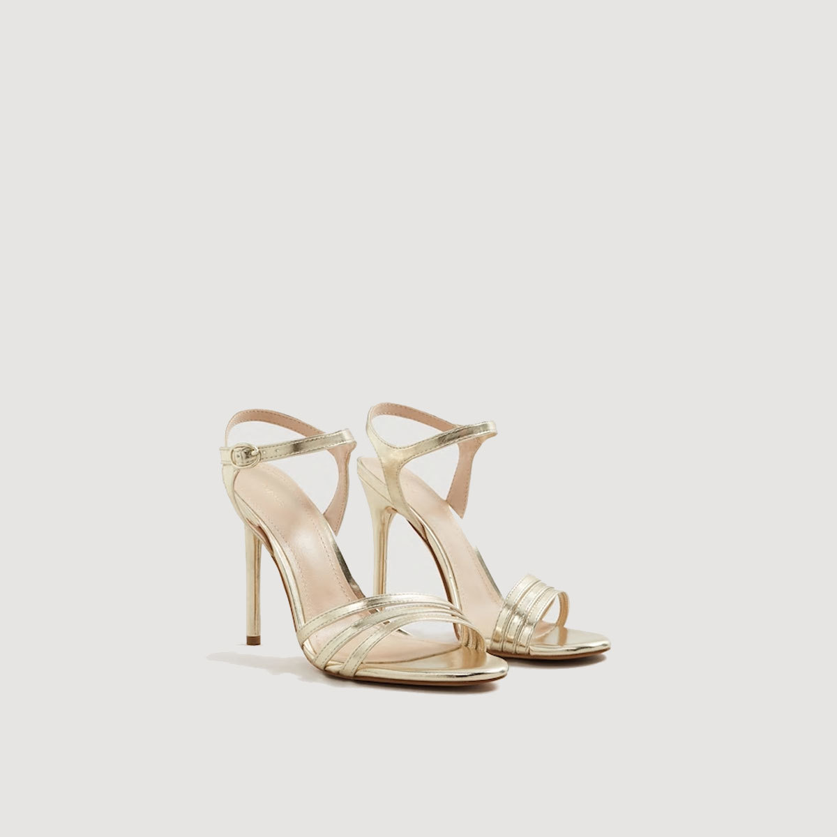 Sandalias de tacón doradas, de Mango (19,99 euros).