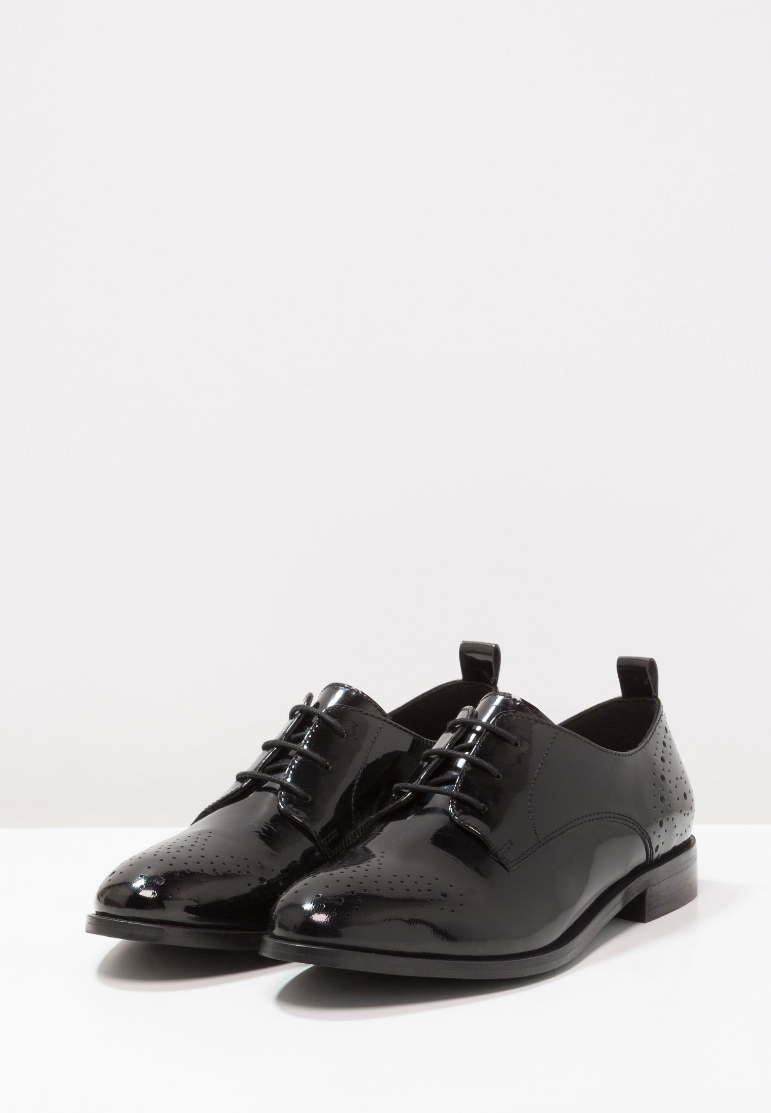 Zapatos Oxford con brillo, de Kiomi disponible en Zalando (59,45...