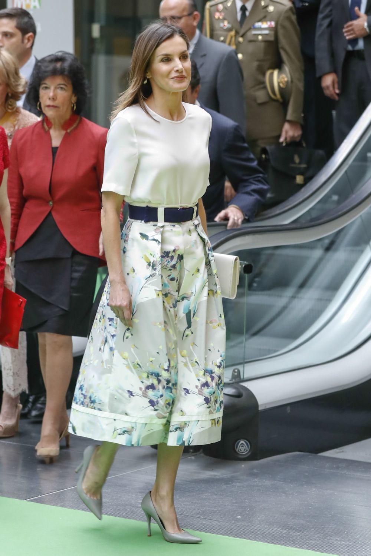 La reina Letizia con falda de flores, cinturón, blusa blanca y...