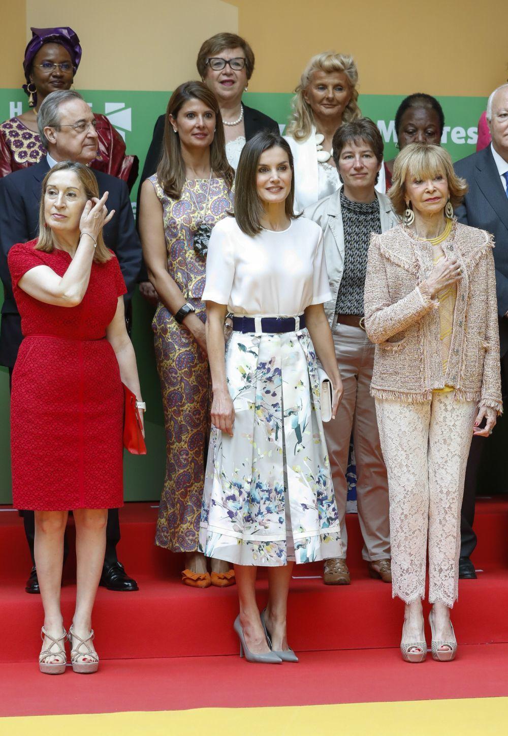 la reina Letizia con falda de flores y blusa blanca
