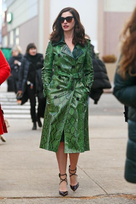 Anne Hathaway interpreta a una súper estrella de cine por lo que sus...