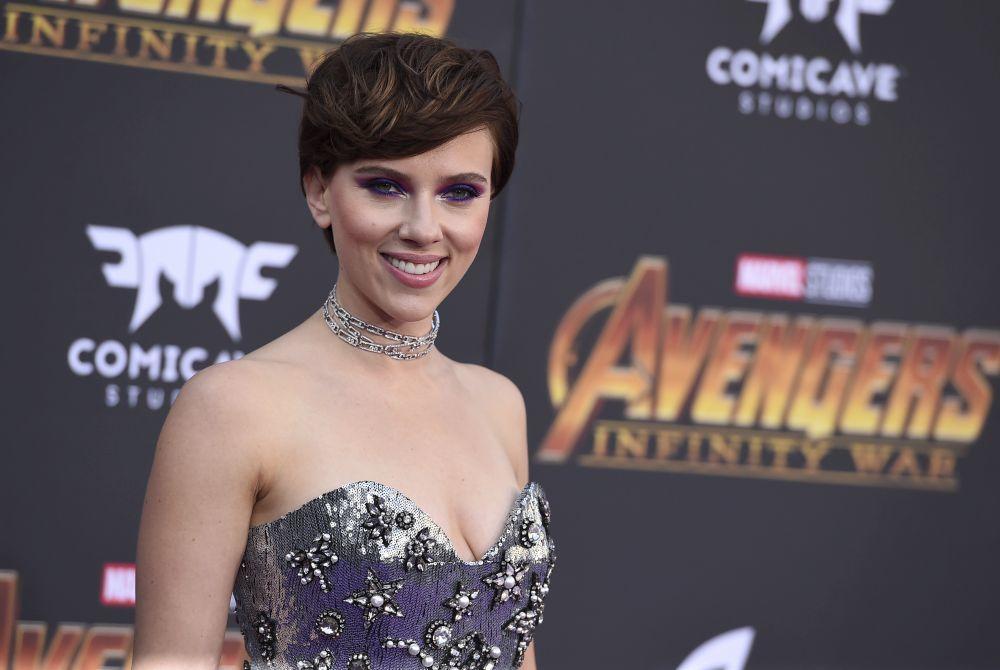 Scarlett Johansson con un corte pixie muy versátil en tonos castaños...