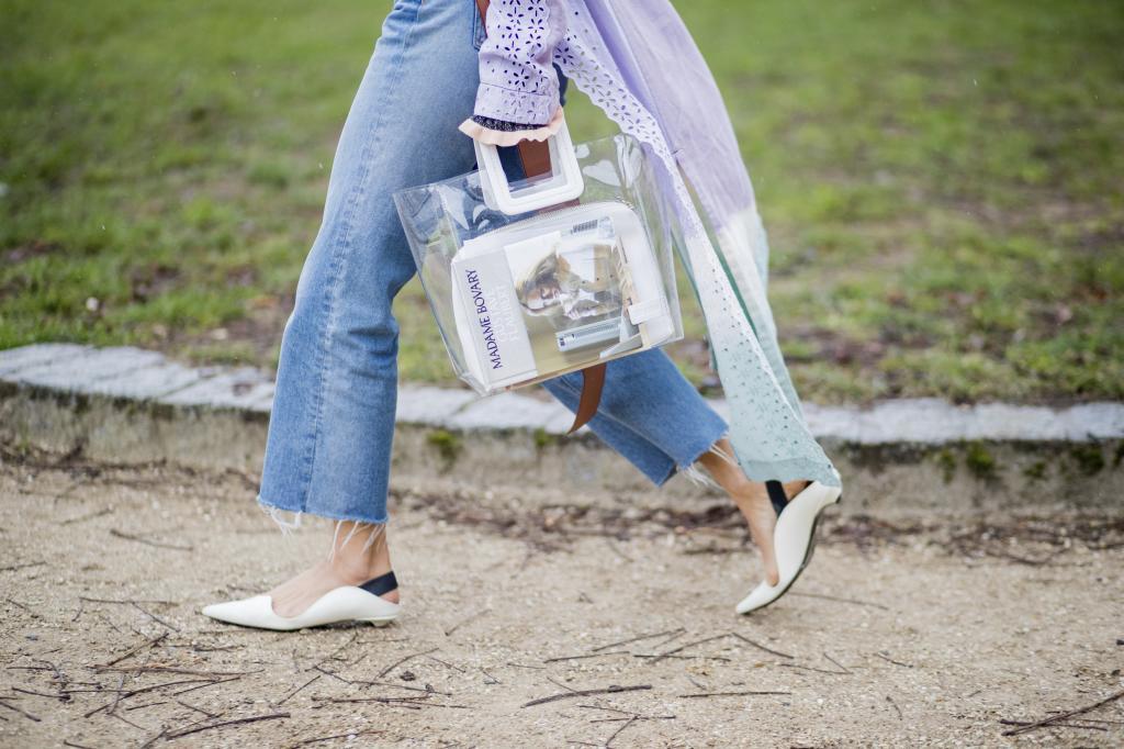 Aimee Song sale del desfile de Loewe con bolso de Staud y zapatos de...