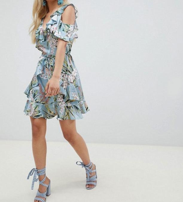 Mini vestido con estampado floral y volantes, de River Island...