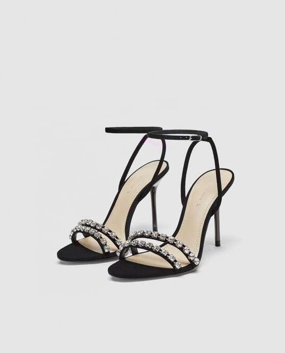 Sandalias de tacón negras con pedrería, de Zara (29,99 euros).