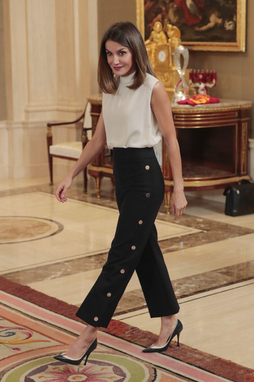 La reina Letizia con pantalones de Hugo Boss