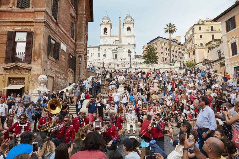 La Piazza di Spagna en Roma se tiñó de rojo, y se llenó de amapolas...