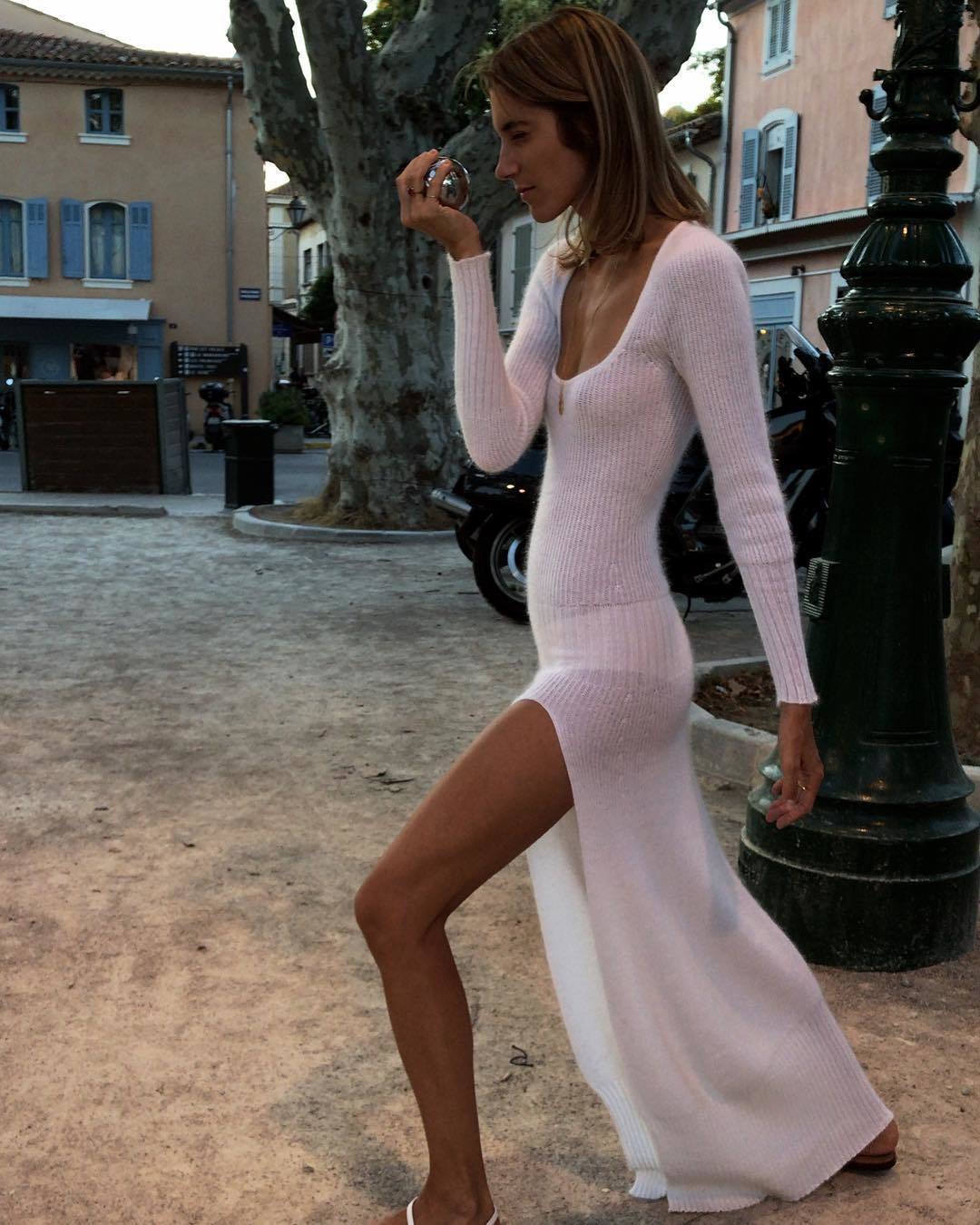 La modelo llevó un vestido de punto largo de la colección Le Souk...
