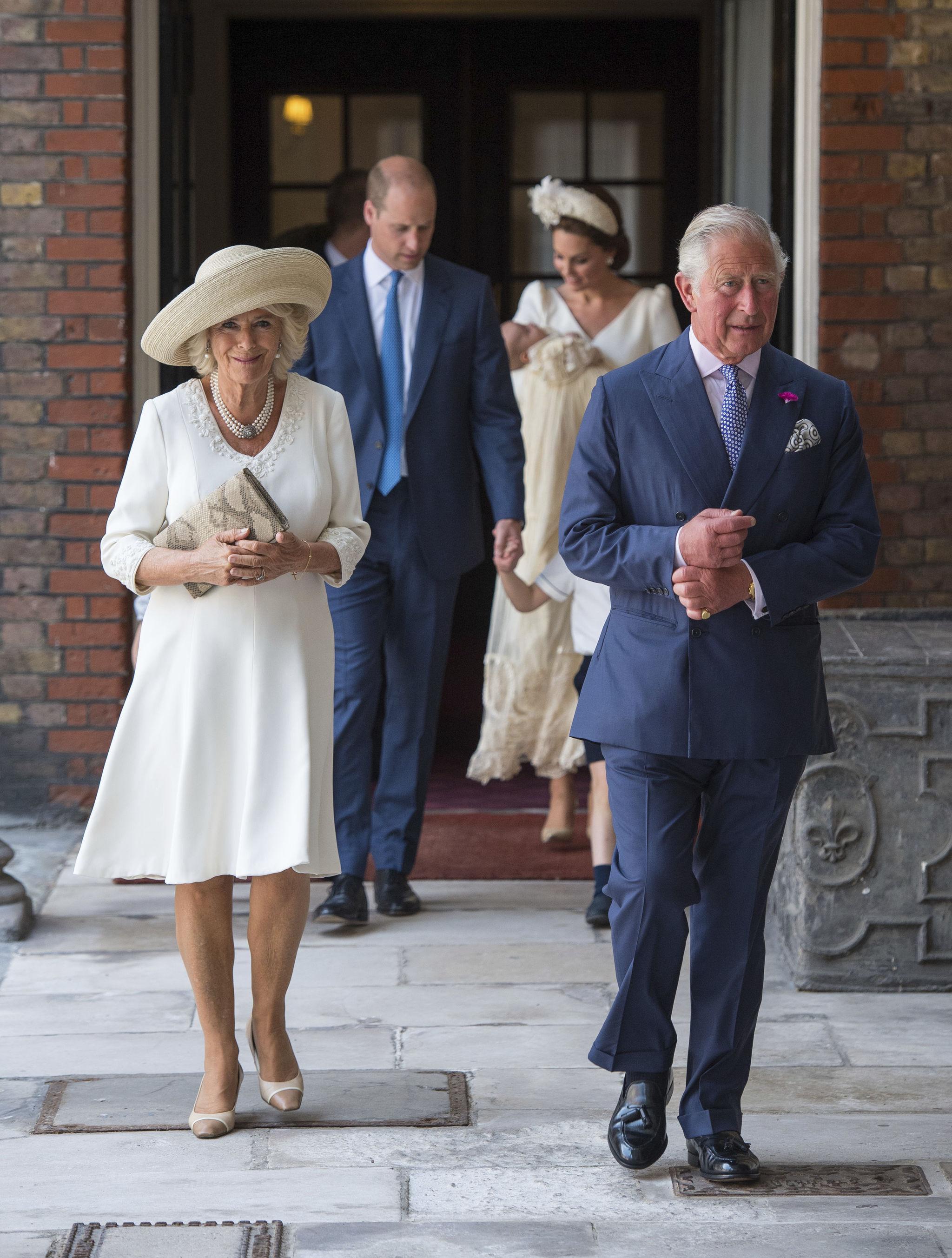 El príncipe Carlos y Camila de Cornualles llegando al bautizo.