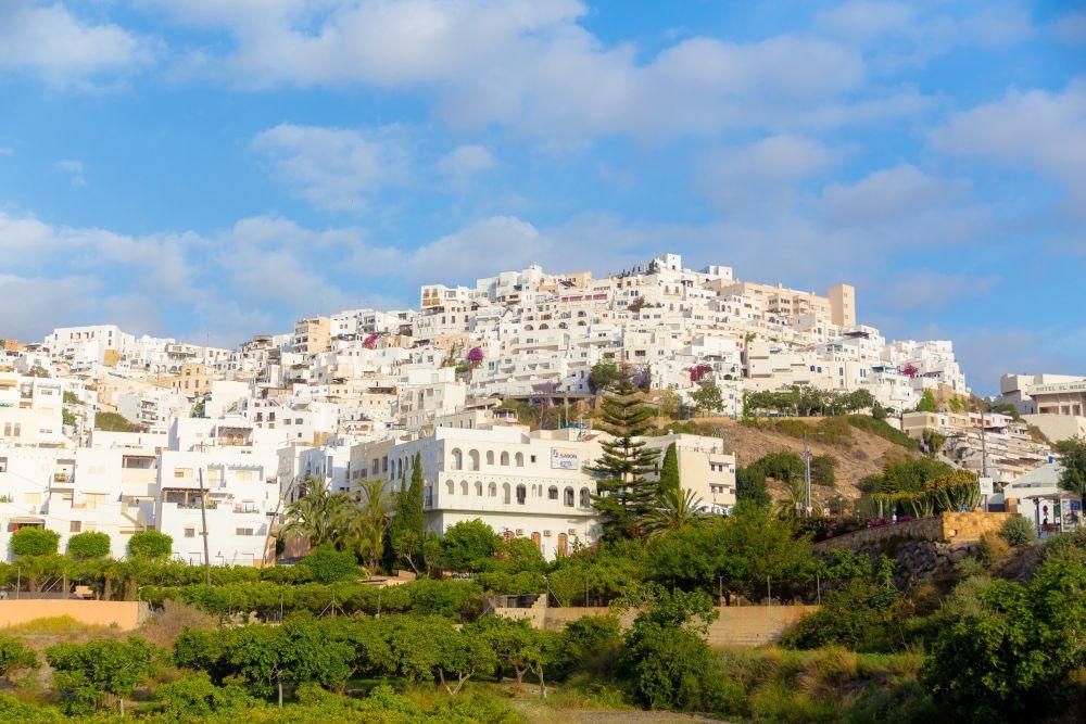 Esta preciosa villa es reconocible por el color blanco de sus casas en...
