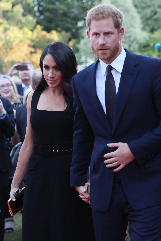 Meghan se ha decantado por un vestido negro de Emilia Wickstead.