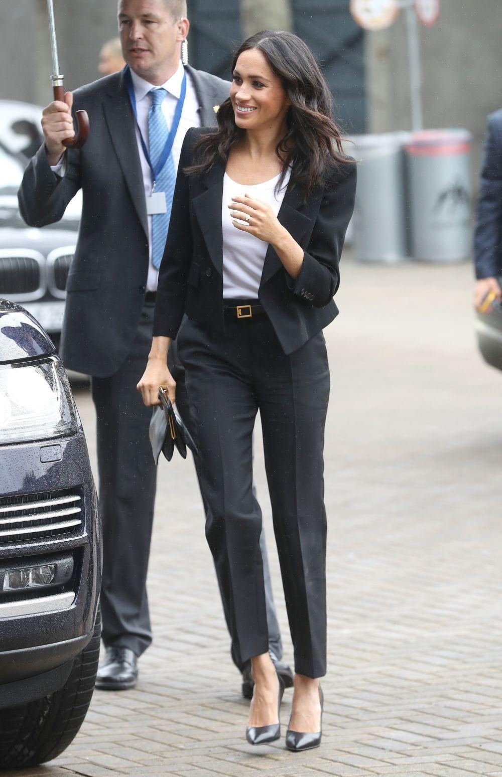 La duquesa de Sussex con un traje chaqueta de Givenchy.