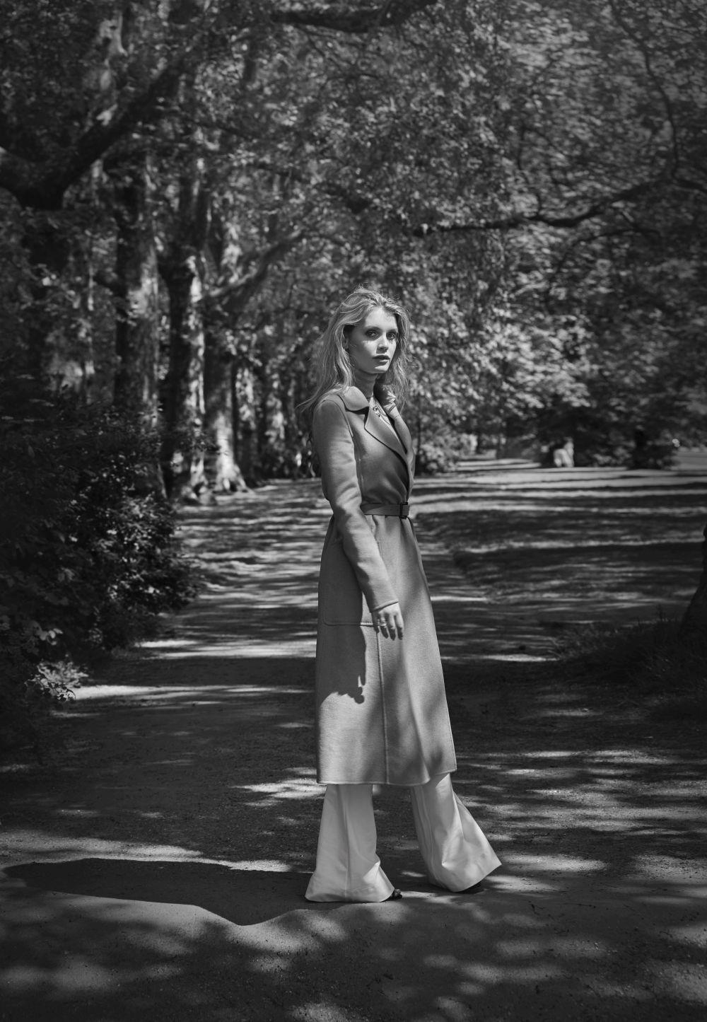 En Hyde Park, Lady Kitty posa con pendientes B.zero1 de oro rosa de 18...