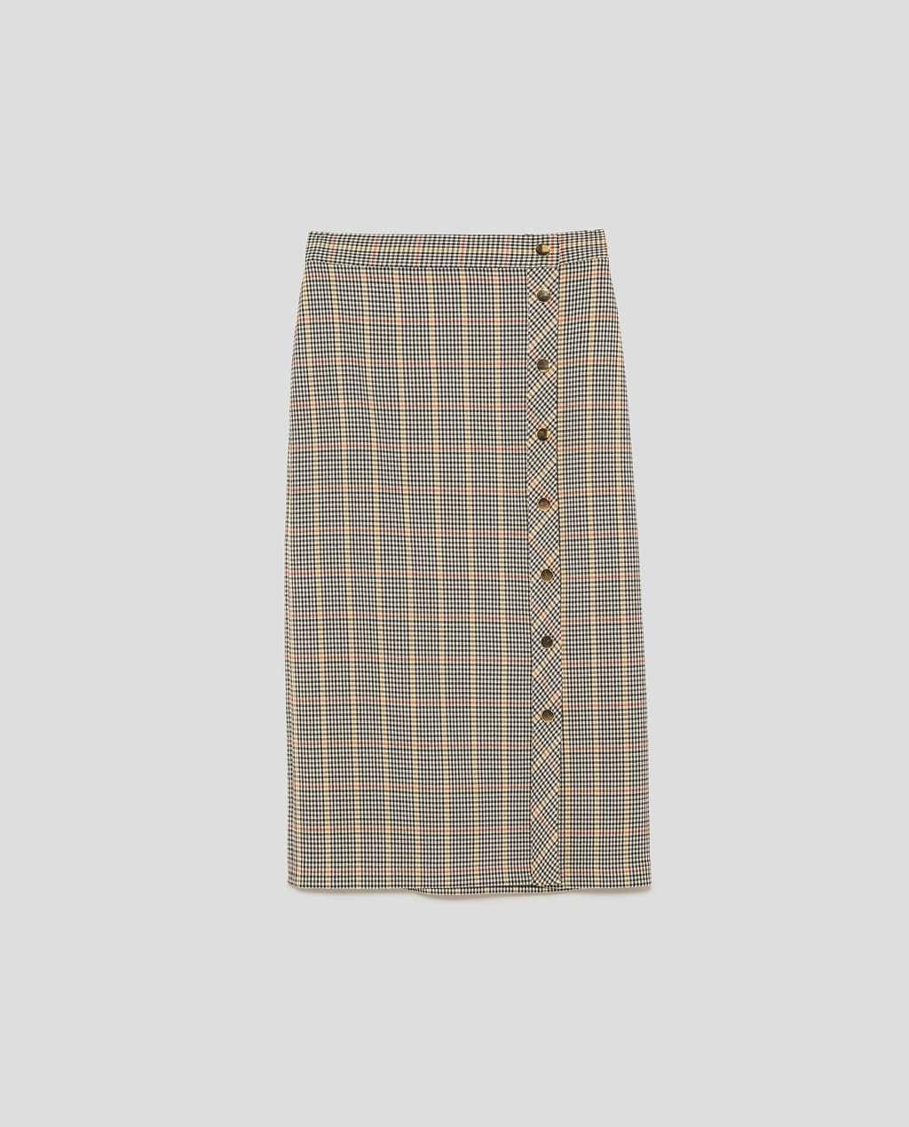 Falda midi con botones, de Zara (19,99 euros).