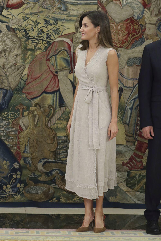 Doña Letizia con un vestido de Aldolfo Domínguez.