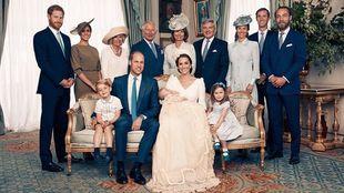 La familia real británica en una imagen oficial del bautizo