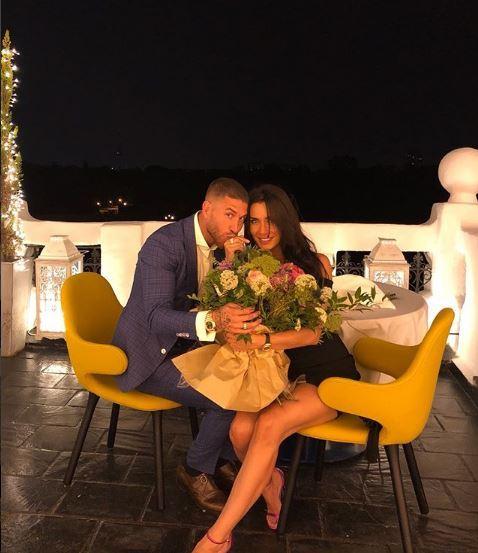 Pilar Rubio y Sergio Ramos besando el anillo de compromiso