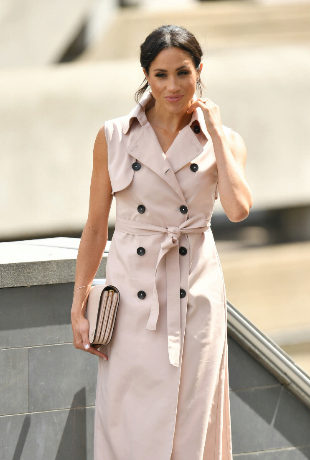 Meghan Markle con vestido estilo gabardina.