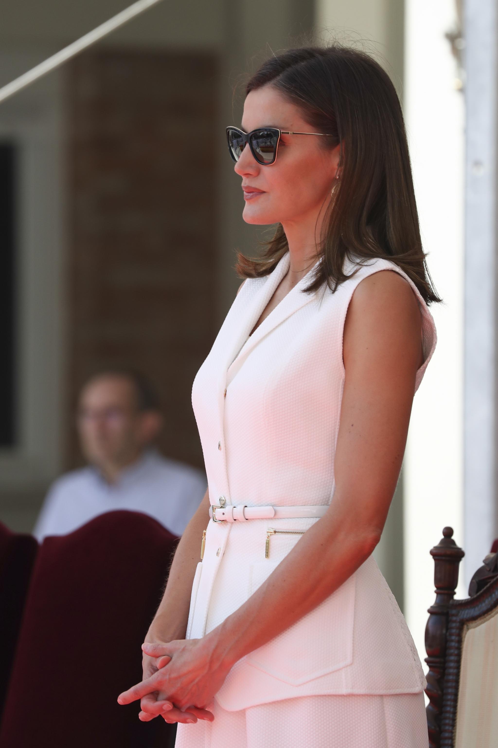 6ae7f58694 Además de lucir unos llamativos pendientes dorados que ya estrenó en 2015,  la Reina se ha protegido del sol con unas gafas de pasta negra en forma cat  eye.
