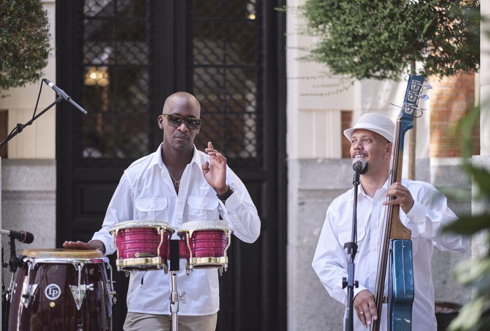 El grupo cubano de Astrum Eventos, vestidos con típicas guyaberas y...