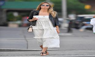 La modelo, paseando por las calles de Nueva York, luce el estampado de...