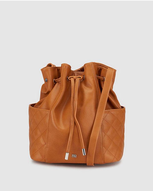 Bolso estilo saco marrón, de Gloria Ortiz disponible en El Corte...