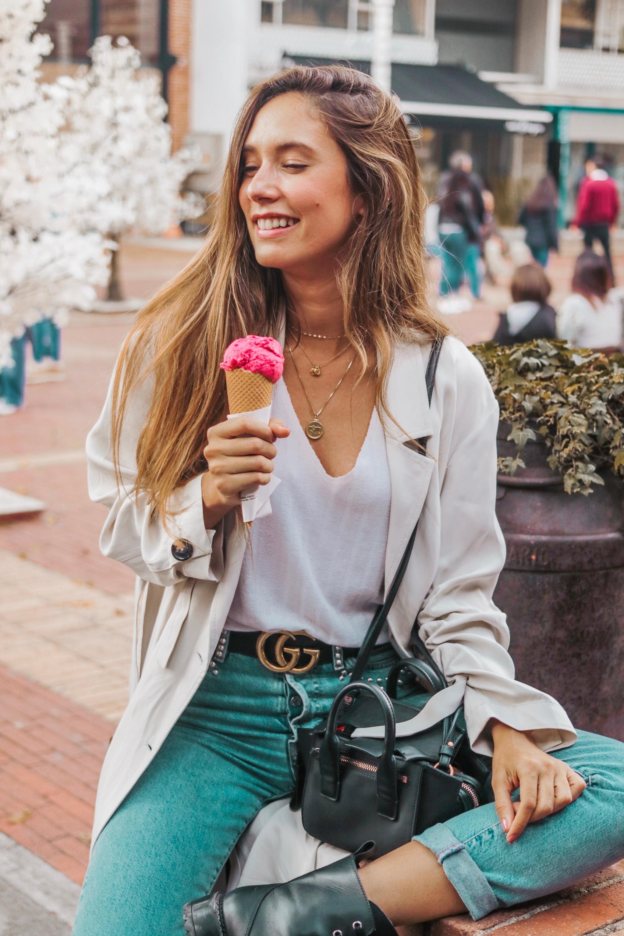 Grace Villarreal con jeans de H&M; cinturón de GUCCI; y bolso de...