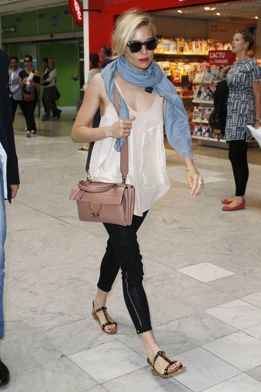 Sienna Miller en el aeropuerto.