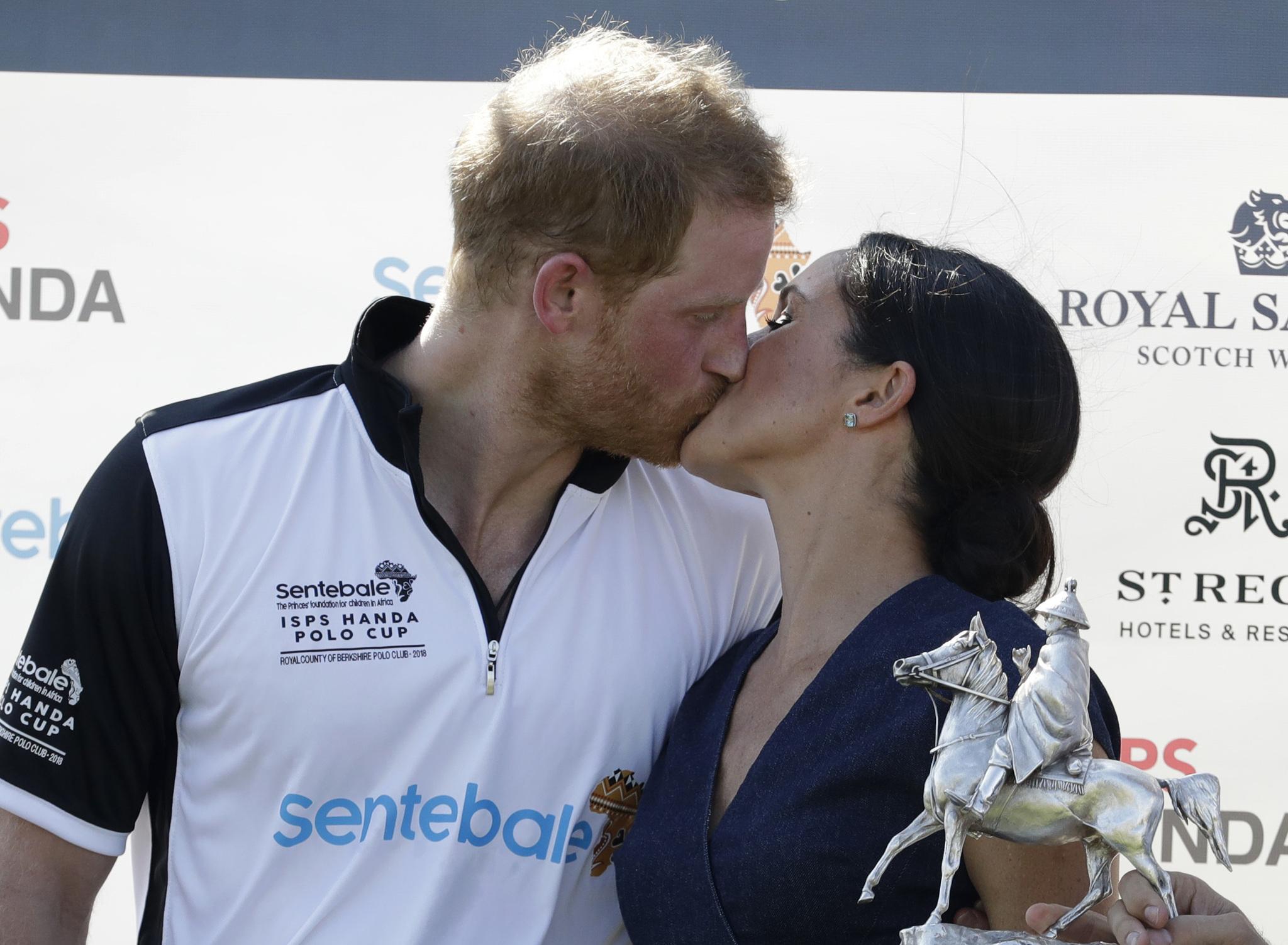 El famoso beso de los duques de Sussex captado por el fotógrafo Tim...
