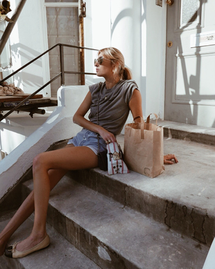 Camille Charriere con shorts y camiseta