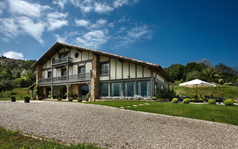 La boda tuvo lugar en el Hotel Iturregu, una idílica casa tradicional...