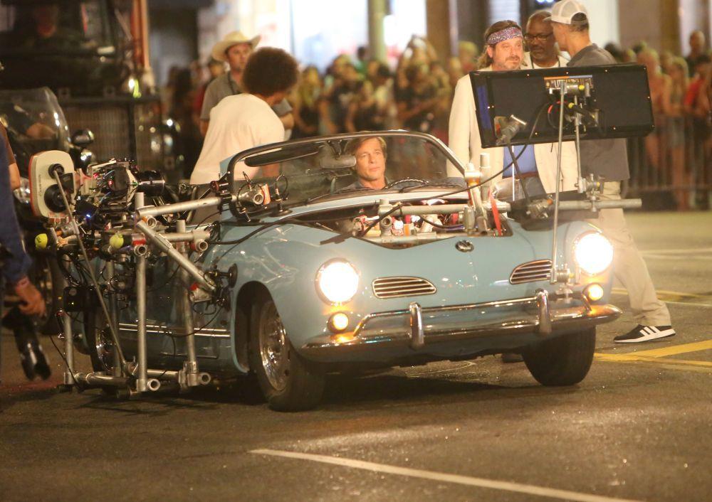 Comercios con carteles de la época, coches de los 60... Tarantino y...
