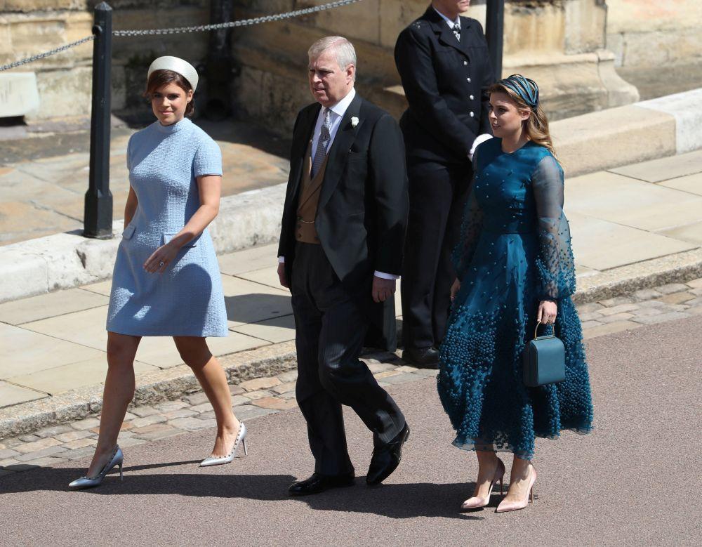 El duque de York con sus hijas, Eugenia y Beatriz llegando a la boda...
